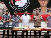 Unit 3 Subdit 2 Direktorat Narkoba Polda Metro Jaya mengungkap 15 ribu pil ekstasi dan 5.500 pil happy five di  salah satu Apartemen Kalibata City - foto: Bob/Koranjuri.com