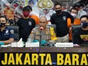Satuan Reserse Kriminal Polres Metro Jakarta Barat (Jatanras) membekuk kawanan pelaku ganjal ATM dengan alat tusuk gigi - foto: Istimewa