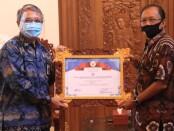 Gubernur Bali Wayan Koster menerima penghargaan Badan Pusat Statistik (BPS) Nasional terkait provinsi dengan Response Rate Tertinggi Pertama dalam Sensus Penduduk Online 2020 - foto: Istimewa