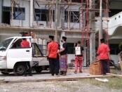 Komunitas Sandal (Santri Dalan), saat melakukan penyemprotan disinfektan di MA An Nawawi, Berjan, Purworejo, Minggu (19/07/2020) - foto: Sujono/Koranjuri.com