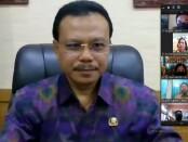 Sekda Provinsi Bali Dewa Made Indra memberikan arahan kepada 145 para Kepala Sekolah melalui aplikasi Zoom, di Ruang Kerja Sekda, Selasa (21/7/2020) - foto: Istimewa