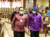 Berjalan bersama Ketua DPRD Bali Nyoman Adi Wiryatama (kanan), Wakil Gubernur Bali Tjokorda Oka Artha Ardana Sukawati (Cok Ace) saat mengikuti Rapat Paripurna ke-10 DPRD Provinsi Bali Masa Persidangan II Tahun 2020 - foto: Istimewa
