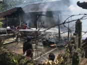 Kebakaran yang terjadi di rumah milik Anak Agung Gede Pariana (38), Banjar Petak Kaja, Desa Petak, Kecamatan Gianyar, Kabupaten Gianyar, Jumat (24/7/2020) pagi - foto: Catur/Koranjuri.com