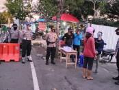 Personel dari Polres Gianyar saat Operasi Aman Nusa di Pasar Samplangan, Jumat (24/7/2020) - foto: Catur/Koranjuri.com