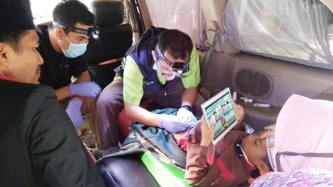 Salah satu peserta Khitan Ceria tengah menjalani proses sunat di mobil operasional Happy Sunat, di balai desa Krandegan, Bayan, Purworejo, Minggu (26/07/2020) - foto: Sujono/Koranjuri.com