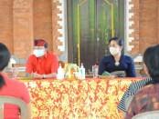 Gubernur Bali Wayan Koster bersama Ketua TP PKK Provinsi Bali Putri Suastini Koster memberikan bantuan covid-19 kepada warga Jembrana, Minggu, 26 Juli 2020 - foto: Istimewa