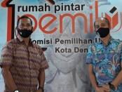 Ketua SMSI Provinsi Bali Emanuel Dewata Oja (kiri) bersama Ketua KPU Denpasar I Wayan Arsa Jaya - foto: Istimewa