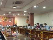 Wakil Gubernur Bali Tjokorda Oka Artha Ardana Sukawati memimpin Rapat Koordinasi Penanganan Pemulihan Ekonomi Pariwisata Bali akibat dampat Covid-19 di Ruang Rapat Praja Sabha, Kantor Gubernur Bali, Denpasar (29/7/2020) - foto: Istimewa