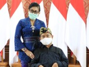 Ketua Dekranasda Bali Putri Suastini Koster bersama perupa Agus Mertayasa - foto: Istimewa