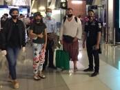 Petugas Imigrasi melakukan pengawalan proses deportasi 2 Warga Rusia yang melakukan pelanggaran administrasi Keimigrasian ketika berada di Indonesia - foto: Istimewa