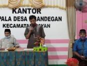 Dwinanto (kiri), Kepala Desa Krandegan, Bayan, Purworejo, dalam peluncurkan web www.tempatbelajar.krandegan-bayan.id, untuk mendukung KBM daring warganya - foto: Sujono/Koranjuri.com