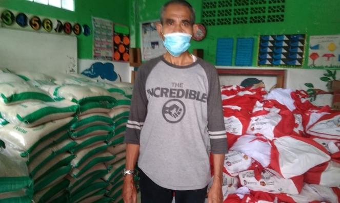 Ketua RW 015 Salim Tuahun saat menyerahkan Nansos dari Kemensos untuk warga Mangun Jaya Indah 2 Mekarsari, Tambun Selatan - foto: Bob/Koranjuri.com