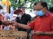 Gubernur Bali Wayan Koster ikut berbelanja dalam kegiatan Pasar Gotong Royong yang diadakan di kantor OJK Wilayah Bali, Jumat, 7 Agustus 2020 - foto: Istimewa