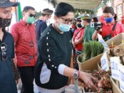 Mengikuti kegiatan pasar Gotong Royong, Putri Suastini Koster berbaur bersama masyarakat dalam kegiatan 'Gebyar Pasar Minggu' yang dilaksanakan manajemen Krisna Oleh-Oleh di Kuta, Kabupaten Bandung, Minggu (9/8/2020) - foto: Istimewa