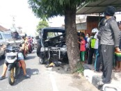 Kondisi kendaraan mobil pickup bernomor polisi DK 8802 PV yang ringsek setelah menabrak pohon perindang di Jalan Raya Udayana Blahbatuh, Rabu (12/8/2020) - foto: Catur/Koranjuri.com