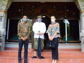 Youtuber Tina Bule bersama sang suami Bayu Hadi Surya dan Wagub Bali Tjokorda Oka Artha Ardhana Sukawati - foto: Istimewa