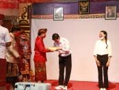 Gubernur Bali Wayan Koster didampingi Kakanwil Kemenkumham RI Jamaruli Manihuruk dan Kadiv Pemasyarakatan Kanwil Kemenkumham Provinsi Bali Suprapto secara simbolis menyerahkan remisi kepada dua orang perwakilan WBP Anak yang ada di Provinsi Bali - foto: Istimewa