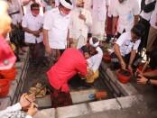 Peletakan batu pertama pembangunan Pasar Umum Gianyar oleh Gubernur Bali, I Wayan Koster, Selasa (18/8/2020) - foto: Catur/Koranjuri.com
