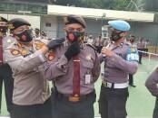 Direktur Pengamanan Obyek Vital Polda Metro Jaya, Kombes Pol Sri Satyattama melakukan pengecekan terhadap anggotanya dalam menerapkan protokol kesehatan khususnya penggunaan masker, Rabu, 19 Agustus 2020 - foto: Istimewa
