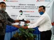 Penyerahan CSR aplikasi Kelasmatika dari Direktur CV Athaya kepada Kepala SMPN 23 Purworejo, Rabu (19/08/2020), disaksikan oleh Wabup Purworejo Yuli Hastuti - foto: Sujono/Koranjuri.com