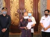 Gubernur Bali Wayan Koster mengumumkan penerbitan Pergub No 46 Tahun 2020 tentang Penerapan Disiplin dan Penegakan Hukum Protokol Kesehatan sebagai Upaya Pencegahan dan Pengendalian Covid-19 dalam Tatanan Kehidupan Era Baru di Gedung Jayasabha, Denpasar, Rabu, 26 Agustus 2020 - foto: Istimewa