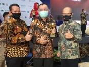 Bupati Purworejo Agus Bastian (tengah), bersama Dirut PD BPR Bank Purworejo Wahyu Argono Irawanto (kanan) dan Direktur Perumda Air Minum Tirta Perwitasari Kabupaten Purworejo Hermawan Wahyu Utomo (kiri), dalam penerimaan penghargaan Top BUMD 2020 di The Sultan Hotel Jakarta, Senin (27/08/ 2020) - foto: Sujono/Koranjuri.com