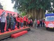 Pemkab Gianyar saat kembali melepas bantuan sembako kepada 3.606 KK tercecer di Jaba Pura Samuan Tiga, Bedulu, Blahbatuh Gianyar, Jumat (28/8/2020) - foto: Catur/Koranjuri.com