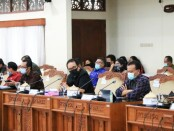 Wakil Gubernur Bali Tjokorda Oka Artha Ardhana Sukawati (Cok Ace), Sekda Dewa Made Indra menghadiri rapat kerja gabungan di Ruang Rapat Gabungan, Gedung DPRD Provinsi Bali, Jumat (28/8/2020) - foto: Istimewa