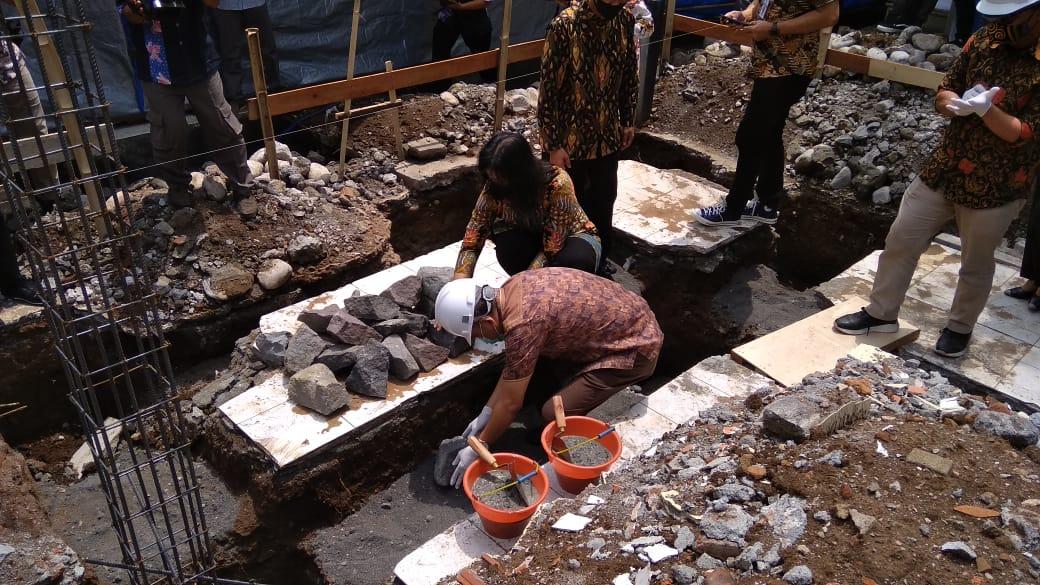 Peletakan batu pertama pembangunan mushola di SMP N 2 Purworejo oleh Bupati Agus Bastian - foto: Sujono/Koranjuri.com