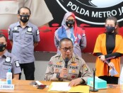 Penyanyi Reza Artamevia mengenakan baju tahanan hadir dalam konferensi pers atas kasus sabu-sabu yang menjeratnya di Polda Metro, Minggu, 6 September 2020 - foto: Bob/Koranjuri.com