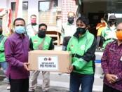 Sekda Provinsi Bali Dewa Made Indra dan Kalaksa BPBD I Made Rentin menyerahkan 30 ribu masker kepada 10 ribu pengemudi ojol - foto: Istimewa