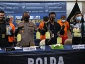 Kabid Humas Polda Metro Jaya Kombes Pol Yusri Yunus melakukan ekpose terhadap sejumlah pelaku dalam kasus pencurian dengan pemberatan, pencurian dengan kekerasan dan penganiayaan, Rabu (16/9/2020) - foto: Bob/Koranjuri.com