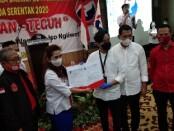 Ketua DPD Perindo Kota Solo, Milia Jatmiati, SH, menyerahkan surat dukungan dari DPP Partai Perindo untuk pasangan Gibran Teguh di Pilkada 2020 - foto: Koranjuri.com