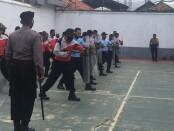 35 petugas gabungan Rutan Purworejo dan LPKA Kutoarjo saat mengikuti pelatihan kesamaptaan dan penanggulangan huru hara, Rabu (23/09/2020) - foto: Sujono/Koranjuri.com