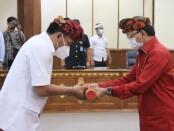 Gubernur Bali Wayan Koster melantik Kepala Badan Kepegawaian Daerah (BKD) Provinsi Bali Ketut Lihadnyana sebagai Penjabat Sementara (Pjs) Bupati Badung di Gedung Wiswa Sabha Utama, Kantor Gubernur Bali, Sabtu (26/9/2020) - foto: Istimewa
