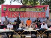 Polresta Bandara Soekarno Hatta mengamankan pelaku dalam kasus pemerasan dan pelecehan yang terjadi di Bandara Soetta - foto: Bob/Koranjuri.com