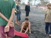 Salah satu korban terseret ombak di Pantai Keramas Blahbatuh yang berhasil diselamatkan Balawista, Minggu (18/10/2020) sore - foto: Catur/Koranjuri.com