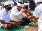 Wagub Cok Ace melakukan persembahyangan dalam Pujawali Catur Murti lan Usaba Kaja di Desa Adat Seraya, Karangasem - foto: Istimewa