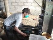 Proses pembuatan baru bata press di Desa Bengang, Kediri, Tabanan - foto: Koranjuri.com
