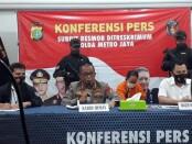 Unit V Subdit 3 Resmob Polda Metro Jaya menangkap pria berinisial PBA (39) dalam kasus penyekapan dan pencabulan anak berkebutuhan khusus dibawah umur - foto: Bob/Koranjuri.com
