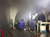 Petugas Pemadam Kebakaran Kabupaten Gianyar saat memadamkan api yang membakar Restoran  Nostimo di Banjar Pengosekan Mas Ubud, Senin (6/10/2020) kemarin - foto: Catur/Koranjuri.com