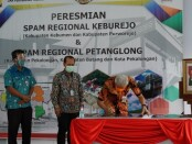 Gubernur Jawa Tengah Ganjar Pranowo, saat meresmikan Sistem Penyediaan Air Minum (SPAM) Regional Keburejo (Kebumen dan Purworejo) dan SPAM Regional Petanglong (Pekalongan, Batang dan Pekalongan), Rabu (7/10/2020) - foto: Sujono/Koranjuri.com