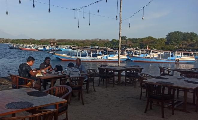 Sejumlah boat berjajar menunggu wisatawan yang akan melakukan perjalanan ke lokasi snorkling dan diving di Perairan Menjangan Putri - foto: Koranjuri.com