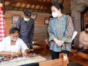 Ketua DPR RI Puan Maharani tengah melihat proses pembuatan kain tenun Cagcag di Desa Pejeng Kangin, Kecamatan Tampaksiring, Gianyar, Kamis (15/10/2020) - foto: Catur/Koranjuri.com