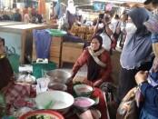 Cawabup Purworejo Yuli Hastuti, saat mengunjungi Pasar Kemiri, Rabu (21/10/2020) pagi, didampingi sejumlah relawan Banyumili - foto: Sujono/Koranjuri.com