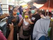 Cabup Agus Bastian, saat foto bersama pengunjung Pasar Purwodadi, Kamis (22/10/2020) - foto: Sujono/Koranjuri.com