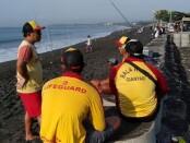 Aktivitas petugas Balawista Gianyar di Pantai Keramas - foto: Catur/Koranjuri.com