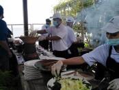 Pekerja restoran melayani tamu dengan menerapkan protokol kesehatan yang ketat - foto: Wahyu Siswadi/Koranjuri.com