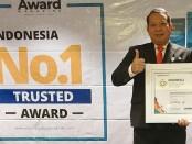 Direktur PDAM Purworejo Hermawan Wahyu Utomo, ST, MSi, saat menerima penghargaan dari Indonesian Award Magazine - foto: Sujono/Koranjuri.com