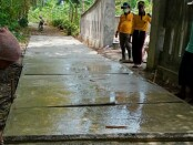 Bersama warga, Yayan dibantu oleh puluhan anggota Polsek Kutoarjo dan Koramil Kutoarjo, bahu membahu memperbaiki jalan di kampungnya, Dusun Tiga, Desa Kiyangkongrejo, Kutoarjo, Purworejo - foto: Sujono/Koranjuri.com